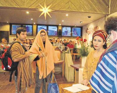 Zeitungsartikel: Flüchtlinge gestalten das Krippenspiel