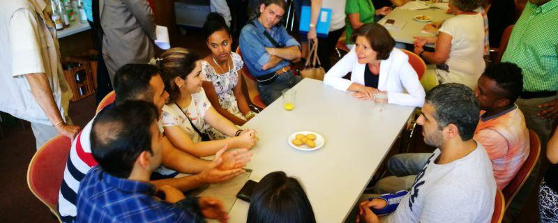 Spannender Besuch im Bon Café – Malu Dreyer kommt mit Ehrenamtlichen und Geflüchteten ins Gespräch